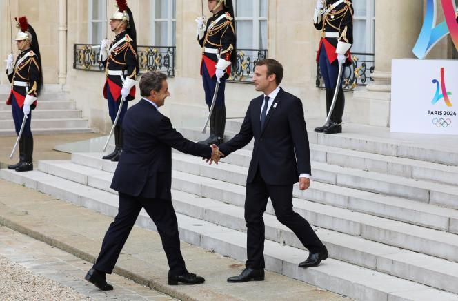 Emmanuel Macron accueille Nicolas Sarkozy à l'Elysée, le 15 septembre 2017.