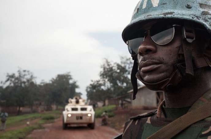Un soldat tanzanien de la force de l'ONU déployée en Centrafrique, en juillet 2018, près de la localité de Gamboula.