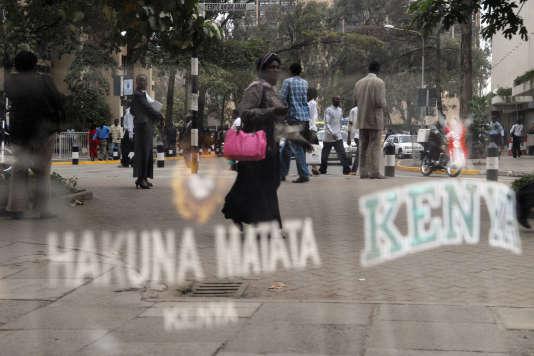 A Nairobi, en février 2008, des passants devant un magasin vendant des tee-shirts avec l'inscription«hakuna matata» et «Kenya».