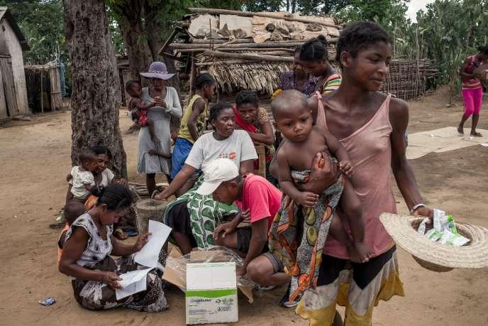 «L'Asie et l'Afrique subissent encore une fracture sociale immense… Tandis que l'écart se creuse toujours plus vite et plus fort entre les 1 % les plus riches de la population des économies avancées et le reste des citoyens» (Photo : Madagascar, habitants d'Ifotaka en décembre 2018).