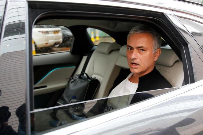 José Mourinho quitte son domicile à Manchester après l'annonce de son départ, le 18 décembre.
