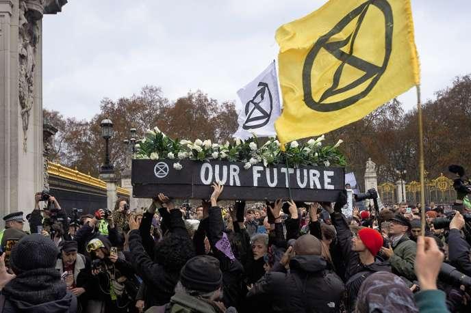 Manifestation dumouvement Extinction Rebellion, à Londres, devant Buckingham Palace, le24 novembre.