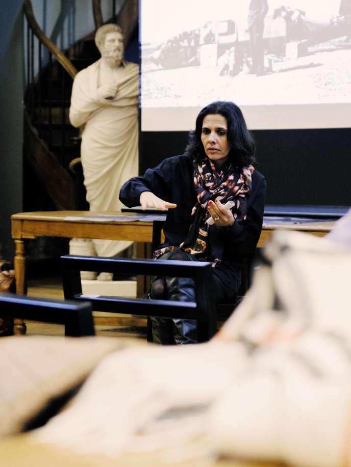 Stéphanie Calvino, lors d'une conférence, à l'occasion de la Nuit des arts, cet automne, à Roubaix.