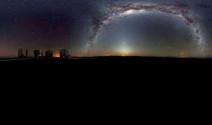 La Voie lactée au-dessus de l'Observatoire du Cerro Paranal (Chili). L'image a été réalisée à partir de 37 images individuelles avec une durée totale d'exposition d'environ 30 minutes, prises tôt le matin. La Lune se lève et la lumière zodiacale