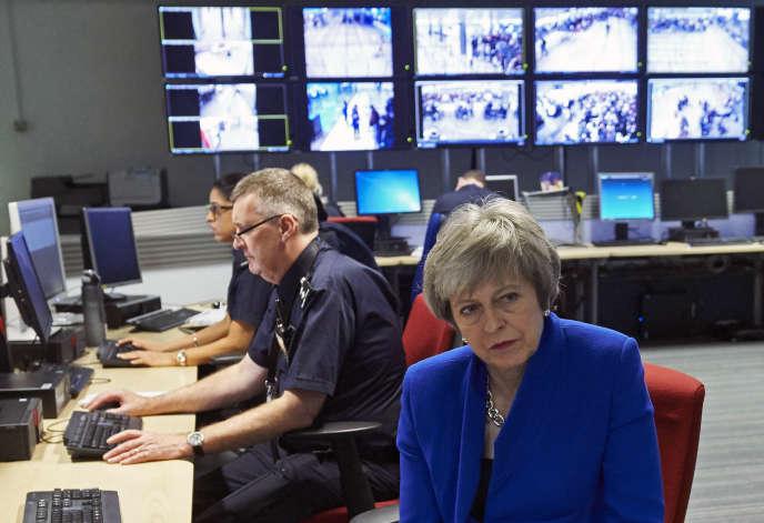 Theresa May au centre de commandement des forces de surveillance des frontières, à l'aéroport d'Heathrow, le 19 décembre.