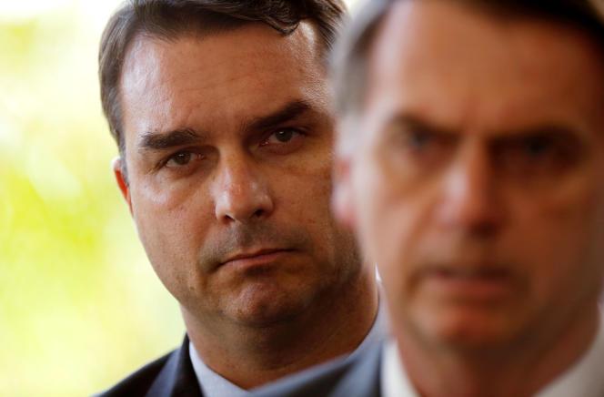 FlavioBolsonaro (arrière-plan), dont le chauffeur fait l'objet d'une enquête,etson pèreJair, le président élu duBrésil, à Brasilia, le 27 novembre.