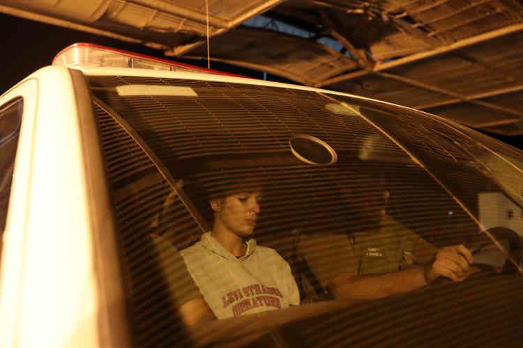 Mislady Herrera, originaire de Cuba, a été arrêtée par la police. Elle est transportée dans l'un des bureaux de l'immigration, le 16novembre.Dans cette région poussiéreuse, la police chilienne a capturé plus de 2200étrangers qui tentaient d'entrer illégalement dans le pays, entre janvier et novembre, soit une augmentation de 80% par rapport à l'année précédente.