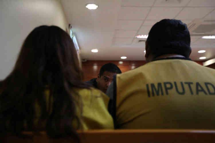 Un avocat parle à ses clients, membres présumés d'un groupe de passeurs, dans un tribunal d'Arica, le 16novembre.