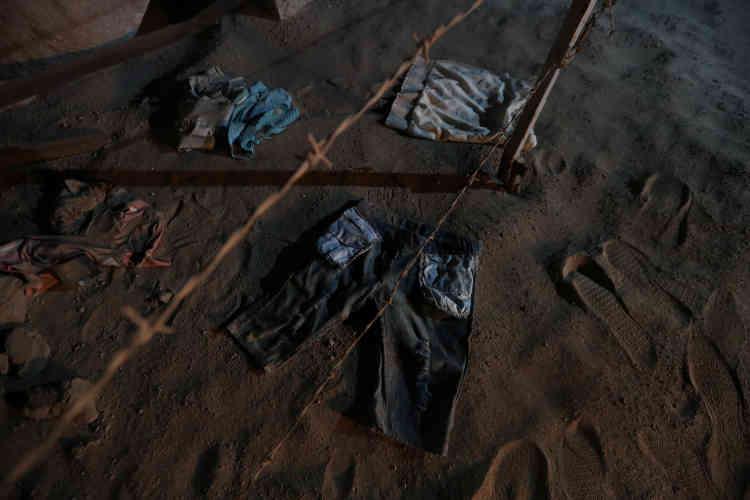 Des vêtements de migrants trouvés par une patrouille de policedans le désert d'Atacama, le 16novembre.Javiera Lopez, la procureure en chef d'Arica, a affirmé que les migrants subissaient souvent des agressions sexuelles et des vols lors de leur périple.