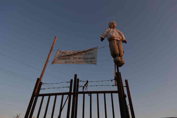 «Plus de vols. Les personnes prises en train de voler seront brûlées. Justice de la communauté», peut-on lire sur cette banderole qui flottedans le quartier de Cerro Chuno d'Arica, le 18novembre.