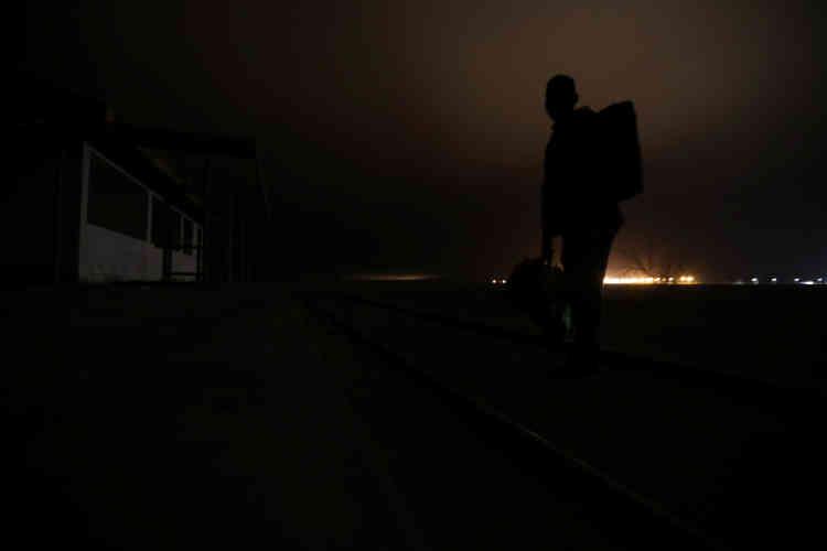 Un migrant cubain franchit la frontière entre le Pérou et le Chili en suivant une voie ferrée afin d'éviter les points de contrôle, le 15novembre.