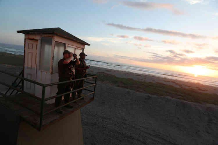 Des policiers chiliens scrutent d'une tour de surveillance la frontière avec le Pérou, le 16novembre.