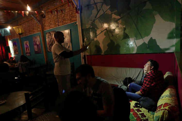 Enrique Miller, 44ans, migrant vénézuélien, prend une photo pour des clients du restaurant.L'immigration au Chili a été multipliée par six en moins de trenteans, passant de 114500personnes recensées en 1992 à 746465 en2017.
