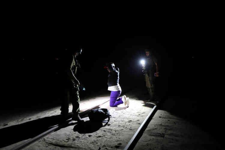 Yoniel Torres, 31ans, migrant cubain, est menotté après avoir été arrêté par la police, le 14novembre. «Un coyote [passeur] m'a laissé près de Tacna [ville frontalière péruvienne] et m'a dit de suivre l'ancienne ligne de chemin de fer. C'est horrible, le voyage a été si difficile, je suis juste venu chercher une vie meilleure »,déclare Torres.
