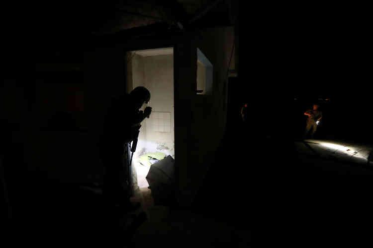 Des policiers inspectent un bâtiment abandonné, utilisé à l'occasionpar les migrants, à Arica, le 14novembre. Les candidats à l'immigration doivent supporter l'humidité amazonienne, des températures extrêmes et une altitude élevée pour circuler entre le Pérou, la Bolivie et le Chili.