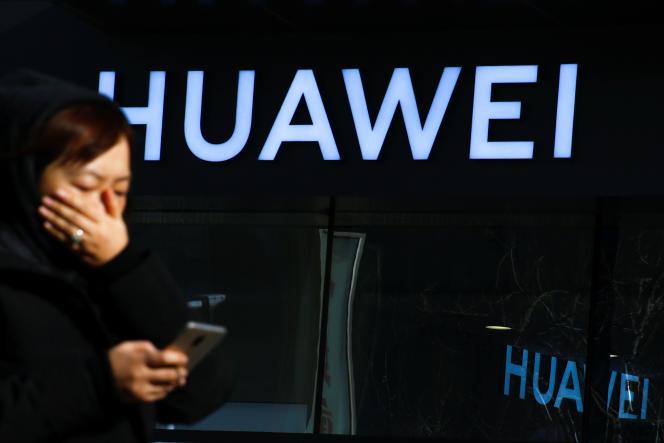 Devant une boutique Huawei, à Pékin, le 19 décembre.