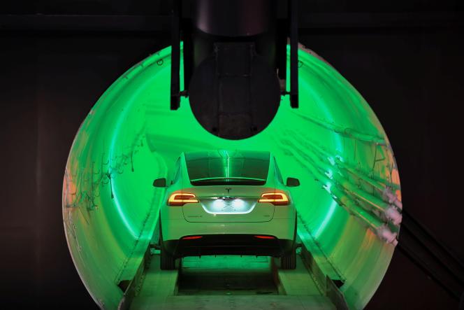 Une Model X Tesla modifiée emprunte un tunnel creusé par la Boring Company, à Hawthorne (California), le 18 décembre.