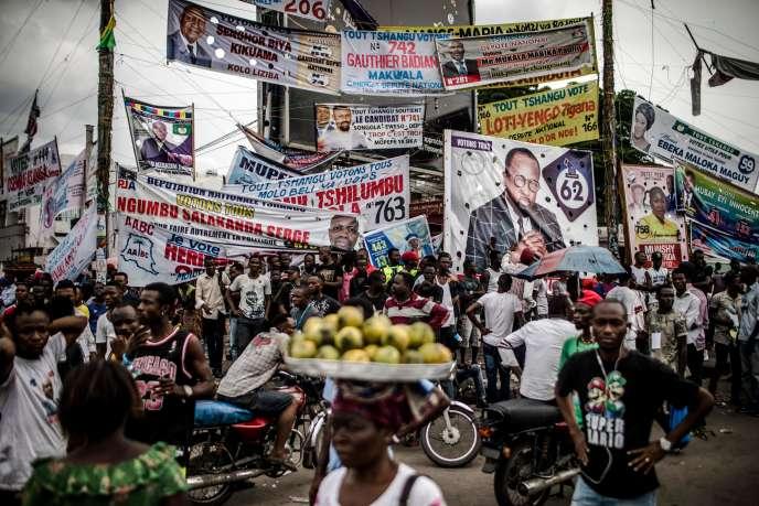 Affiches des candidats aux élections générales congolaises dans le quartier populaire de Ndjili, à Kinshasa, le 19décembre 2018.