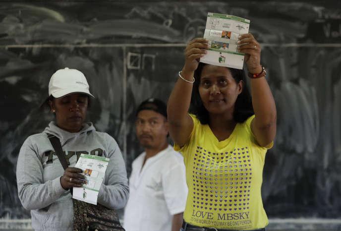 Dans un bureau de vote à Antananarivo, un représentant de la Commission électorale nationale indépendante (CENI) procède au dépouillement à l'occasion du second tour de l'élection présidentielle, mercredi 19 décembre 2018.