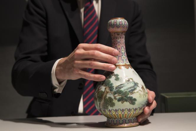 Un vase de la dynastie Qing (Chine, 18e siècle) vendu aux enchères par Sotheby's à Paris, en mai.