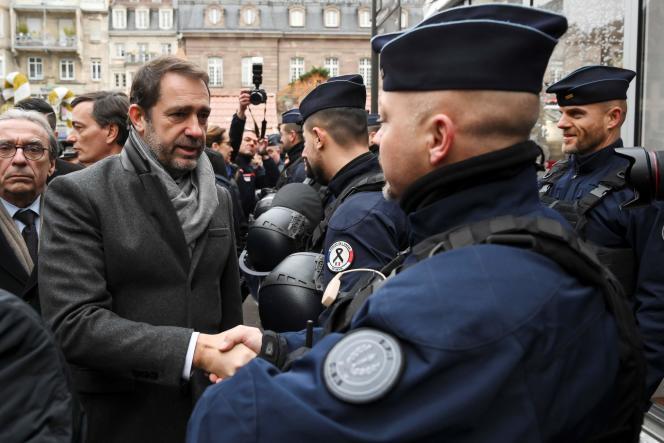 Le ministre de l'intérieur, Christophe Castaner, salue les policiers lors de la réouverture du marché de Noël à Strasbourg, le 13 décembre.