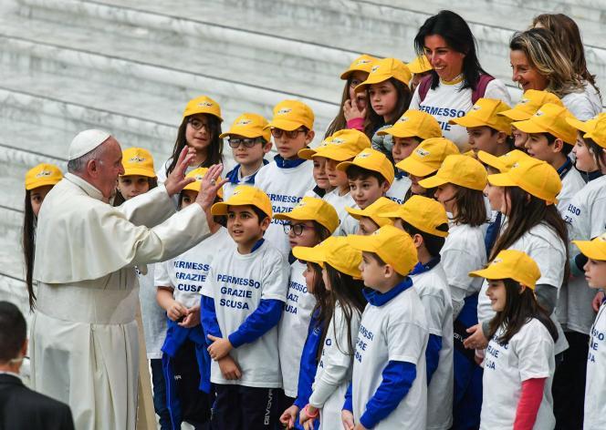 Le pape conduit un chœur d'enfants lors de l'audience hebdomadaire au Vatican, le 19 décembre 2018.