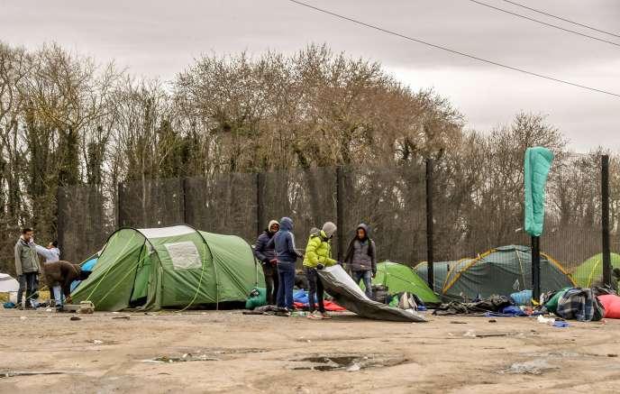 Un groupe de migrants à Calais, le 9 mars 2018.