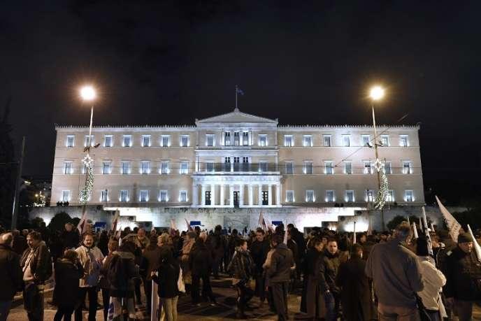Manifestation contre l'austérité, devant le Parlement grec, à Athènes, mardi 18 décembre.