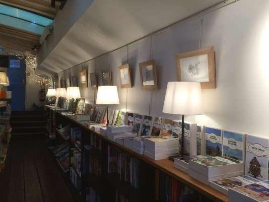 Des livres et des dessins, à bord de la péniche-librairie.