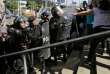 Des policiers délogent des journalistes du siège de la police, à Managua, le 15 décembre.