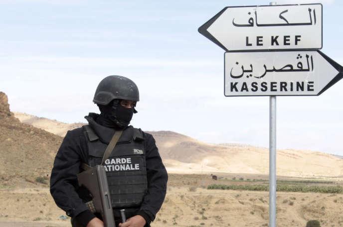 Un policier tunisien lors d'une opération de sécurité près de la frontière avec l'Algérie, en octobre 2014.
