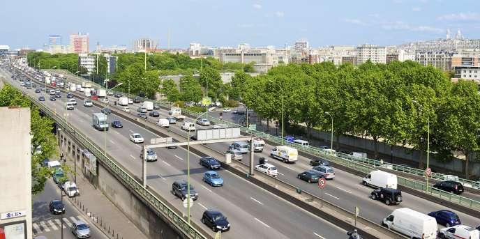 """«Le """"Yaka dézinguer le périf!"""" n'est qu'une brève de comptoir. La démolition ne porte en elle-même aucun projet. Elle est une table rase. » Vue du périphérique, porte de Clichy, Paris."""