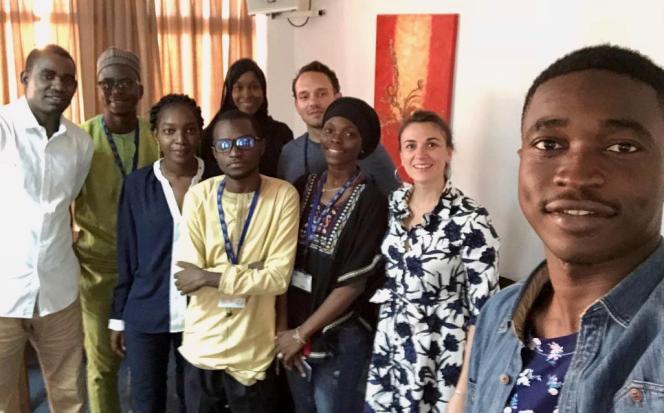 Les jeunes de notre série à Dakar, le 3 décembre 2018 autour de Matteo Maillard et de Marie Soulié : Moukhtar Ben Ali, Glory Cyriaque Hossou, Stella Attiogbe, Issaka Mounkaïla, Aminata Adama Keita, Hadja Idrissa Bah et Mohamed Keita.
