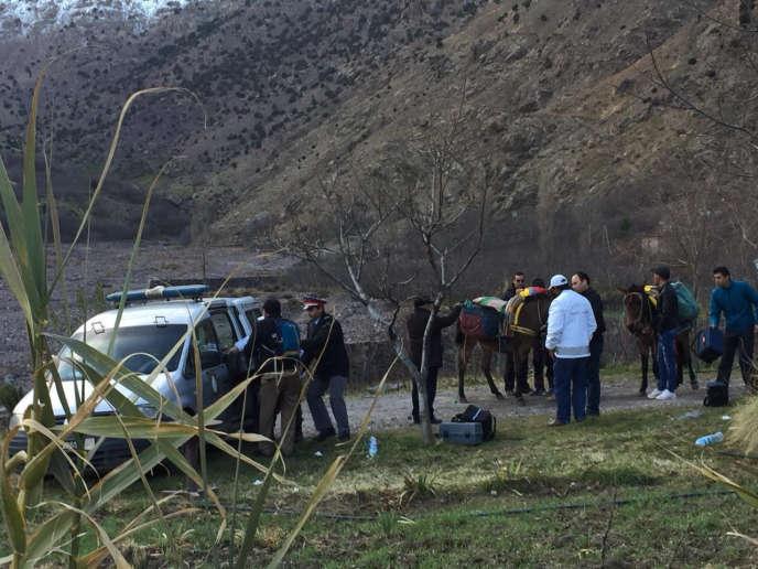 Des enquêteurs marocains à Imlil,dans une vallée du massif du Haut Atlas, le lendemain de la découverte des corps, mardi 18 décembre.