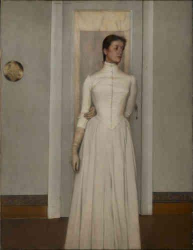 «Ce portrait de la sœur de Khnopff était accroché dans la chambre bleue de la maison que l'artiste s'était fait construire, avenue des Courses, à Bruxelles. Marguerite est vêtue d'une longue robe blanche, qui la gaine et l'emprisonne à la manière du plastron d'un escrimeur. Sa silhouette blanche et diaphane, gantée mais dépourvue de pieds, s'inscrit très exactement dans l'encadrement de la porte. La jeune femme détourne le regard et semble absorbée par un rêve intérieur.»
