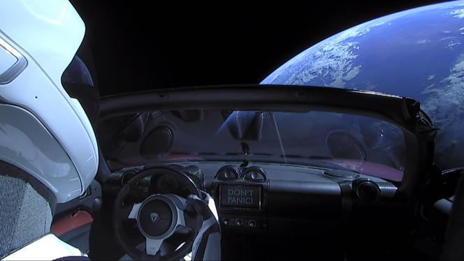 La Terre vue du roadster d'Elon Musk, peu après son lancement début 2018 par la fusée Falcon Heavy de sa société SpaceX.