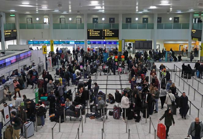 Des passagers bloqués endécembre2018 dans l'aéroport de Gatwick par l'interruption des vols provoqués par le signalement d'un drone près des pistes.