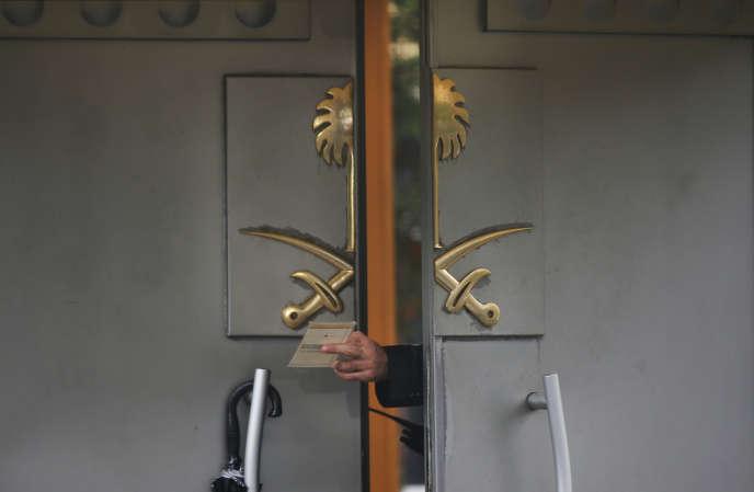 Le 15 octobre 2018, un membre de la sécurité passe un document à un collègue, devant le consulat d'Arabie saoudite en Turquie, où Jamal Khashoggi a été assassiné.