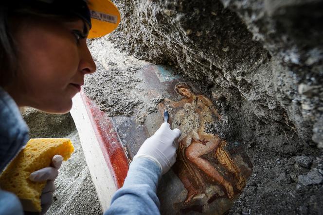 Le 19 novembre, dégagement à Pompéi d'une fresque montrant les ébats mythologique de Léda et d'un cygne.