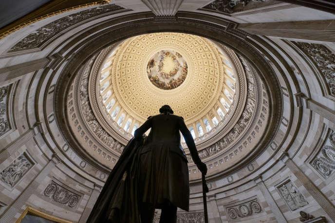 La statue de George Washington dans la rotonde du Capitol, le Congrès américain, centre du pouvoir législatif, à Washington, le 20 décembre 2018.