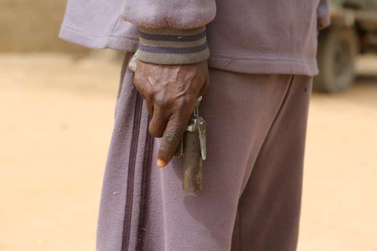 Un membre d'un groupe d'autodéfense contre Boko Haram, à Kerawa, dans le nord du Cameroun, en mars 2016.
