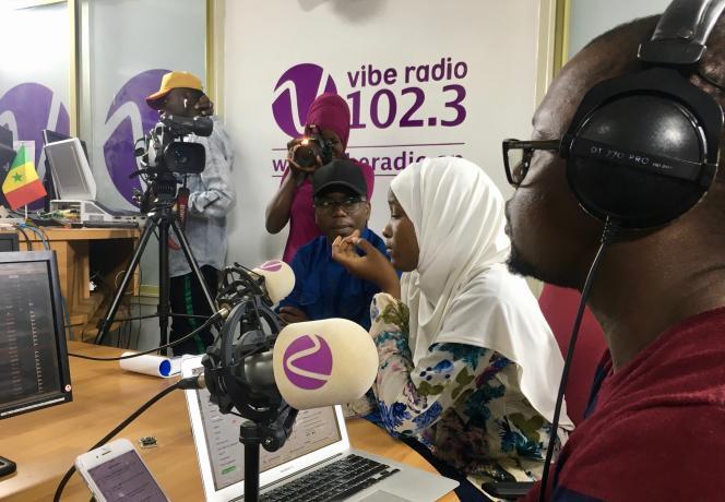 Passage des jeunes de la série du Monde Afrique à l'émission «Parole aux jeunes» de Vibe Radio à Dakar, le 2 décembre 2018.