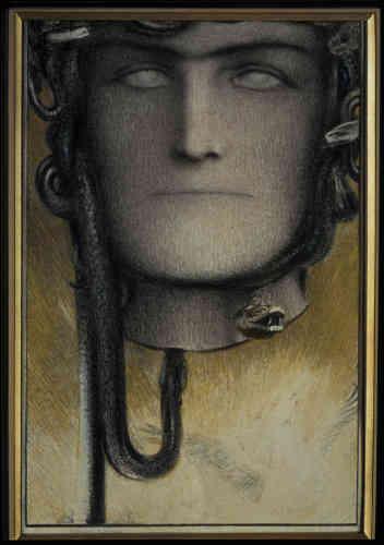 «Sous le visage tranché, Khnopff a figuré Pégase, le cheval ailé qui naît du sang de Méduse. Des serpents encadrent le visage de la Gorgone, cadré en gros plan. Comme d'autres artistes symbolistes, tels Gustave Moreau, Franz von Stuck ou Gustav Klimt, Khnopff s'inspire souvent des mythes antiques.»
