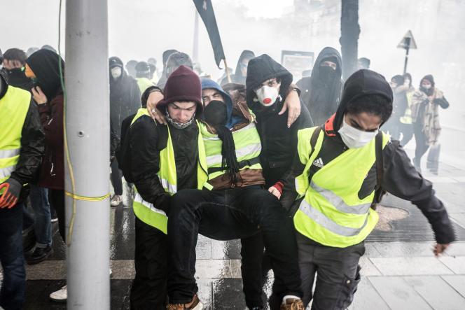Un « gilet jaune» blessé secouru par d'autres manifestants, le 15 décembre, à Nantes.