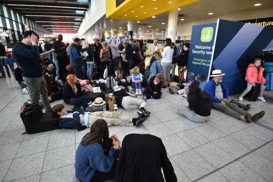Des passagers en attente de leur avion jeudi 20 décembre, alors que des survols de drones perturbent le fonctionnement de l'aéroport de Gatwick.