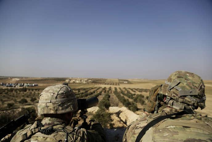 Des soldats américains placés au nord de la Syrie regardent vers la frontière turque, le 7 avril.