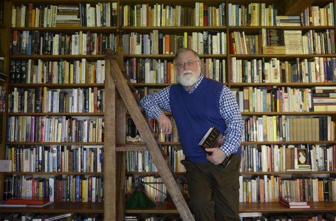 L'écrivain canadien Alberto Manguel, dans sa bibliothèque, en 2013.