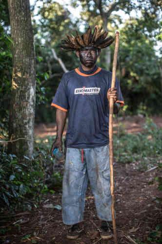 Un veilleur indigène de la« retomada» (terre reprise par les Indiens) de Bororo.