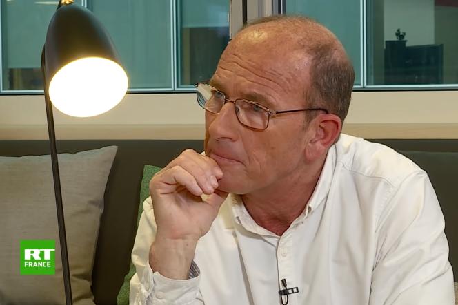 Etienne Chouard est professeur d'économie en lycée.