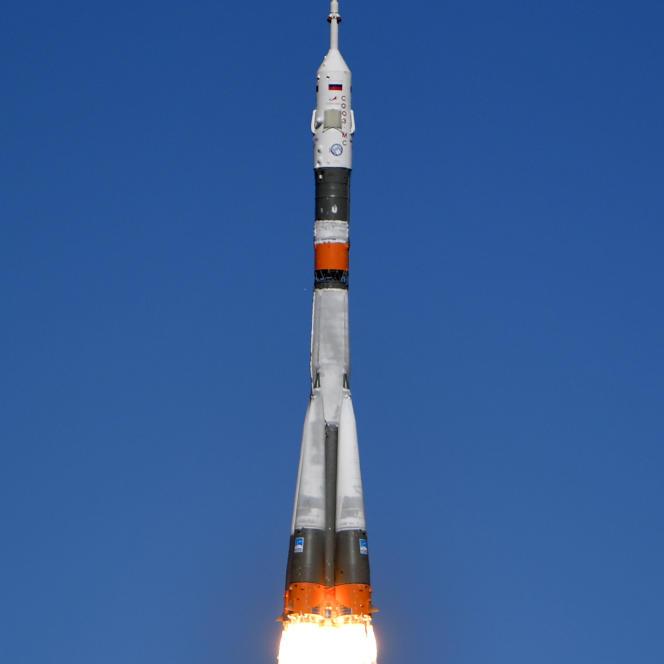 La fusée Soyouz décolle du cosmodrome de Baïkonour (Kazakhstan), peu avant une panne qui contraindra l'Américain Nick Hague et le Russe Alekseï Ovtchinine à effectuer un atterrisage d'urgence.